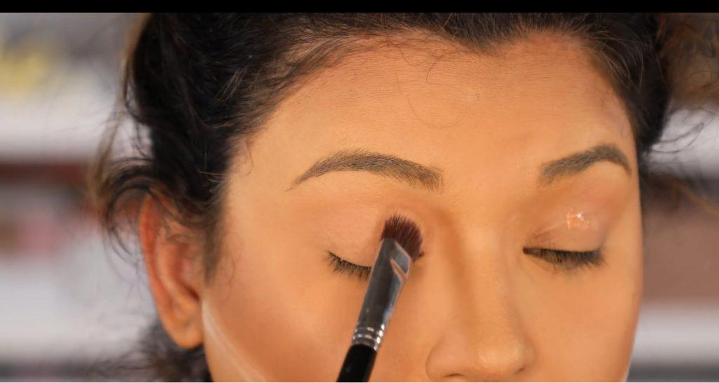 Atrévete a dar un cambio radical, con un maquillaje neutro y fácil de la mano de Roccibella primer en los párpados
