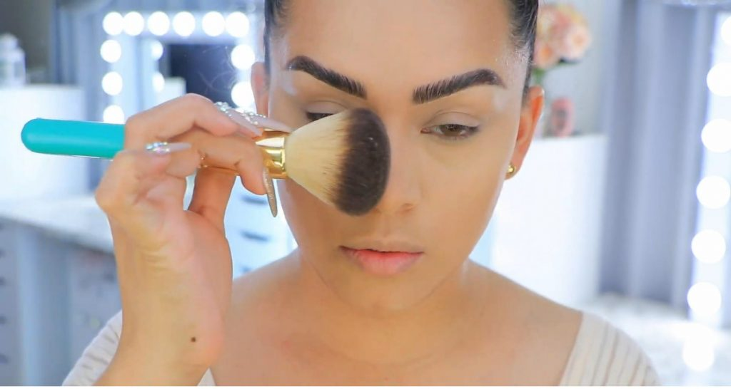 Aprende a maquillarte como Kendall y Kylie Jenner con Jeamileth Doll retirar exceso de polvo
