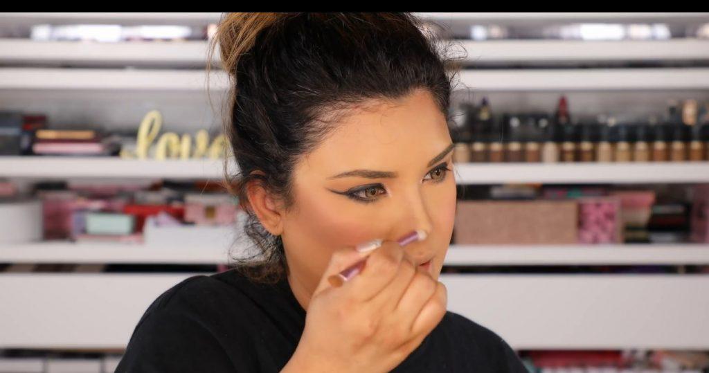 Atrévete a dar un cambio radical, con un maquillaje neutro y fácil de la mano de Roccibella perfilar nariz