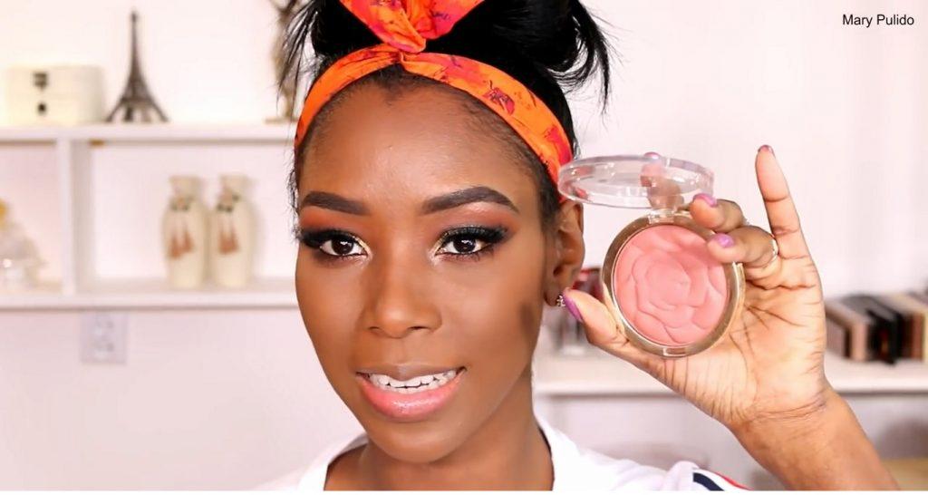 Tutorial de maquillaje de noche para piel morena rubor rosado