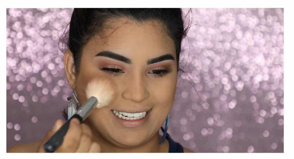 Aprende a hacer un maquillaje duradero para verano con este tutorial de Roccibella aplicar rubor