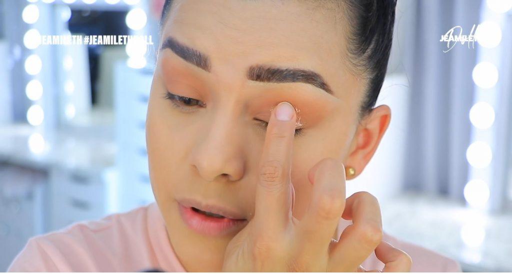 Maquillaje de verano súper glow para piel grasa sombra metalizada