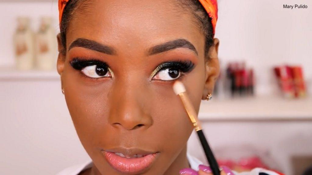 Tutorial de maquillaje de noche para piel morena aplicar segundo tono de sombra