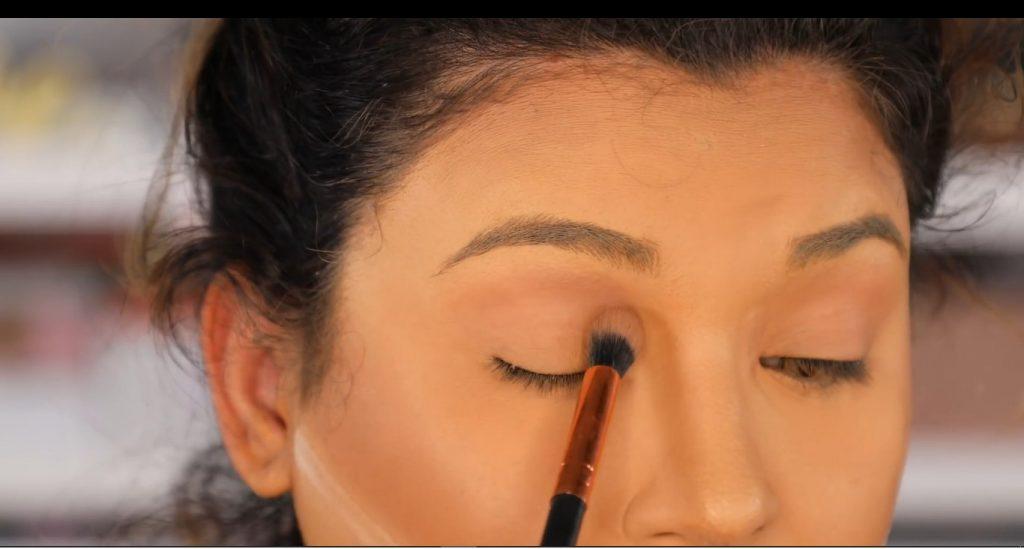 Atrévete a dar un cambio radical, con un maquillaje neutro y fácil de la mano de Roccibella sombra para sellar primer