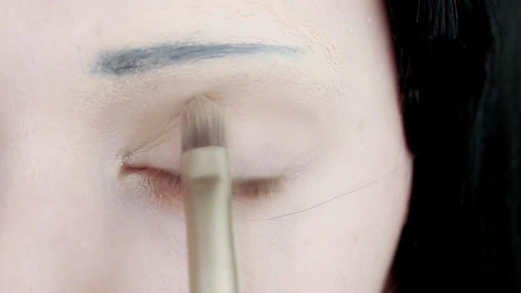 Sombra matte sobre cuenca del ojo. Tutorial de Maquillaje Anime Kakegurui - Yumeko Jabami | Kleiner Pixel.