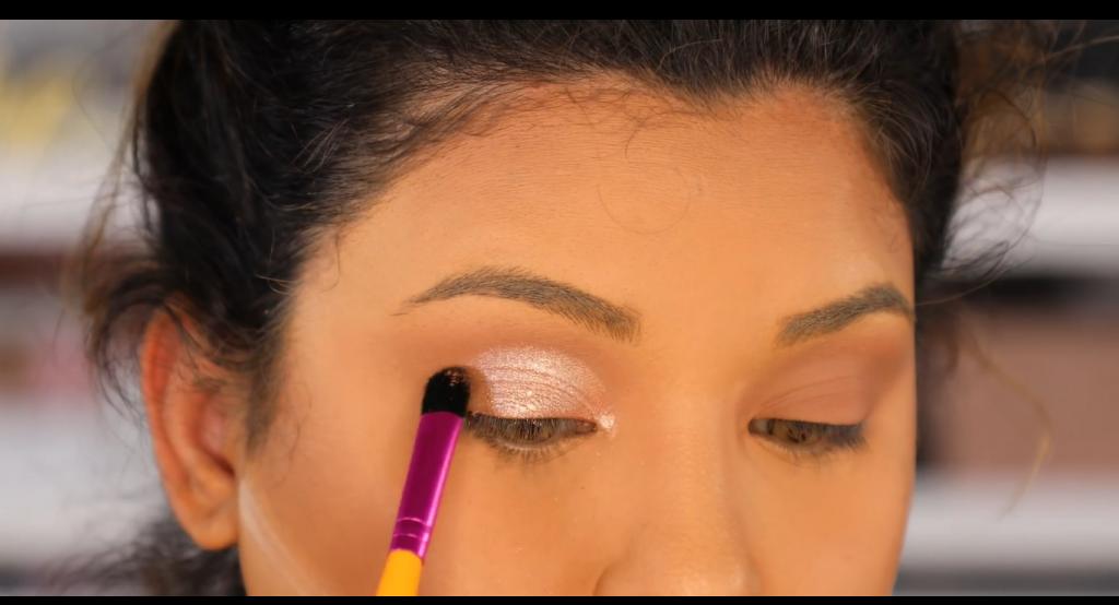 Atrévete a dar un cambio radical, con un maquillaje neutro y fácil de la mano de Roccibella sombra metalizada