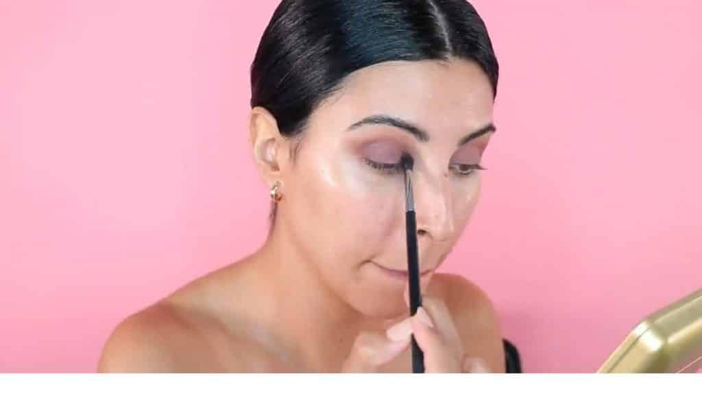 Maquillaje de verano para la noche paso a paso aplica sombra con la brocha