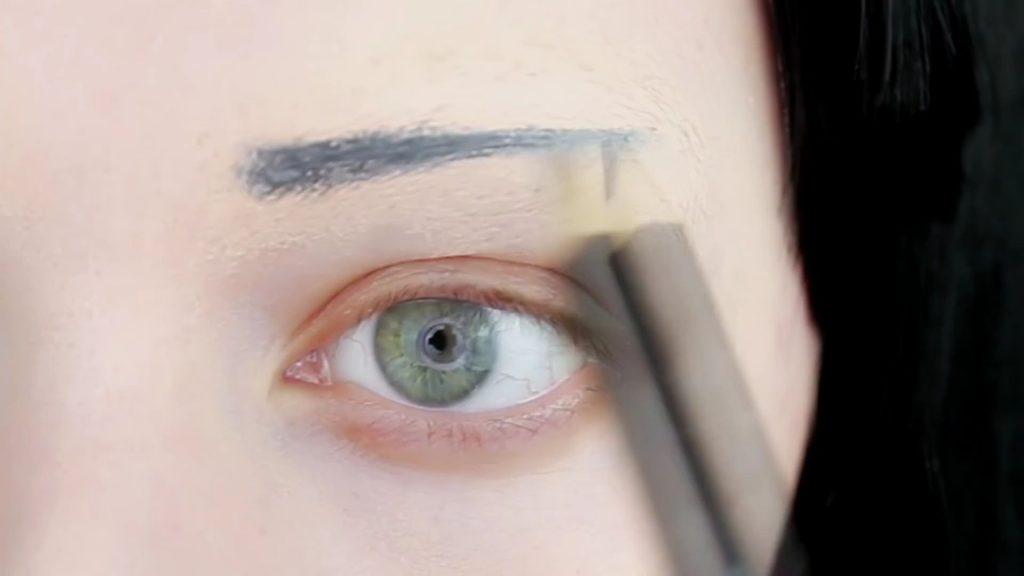 Trazado de cejas con lápiz delineador. Tutorial de Maquillaje Anime Kakegurui - Yumeko Jabami | Kleiner Pixel.
