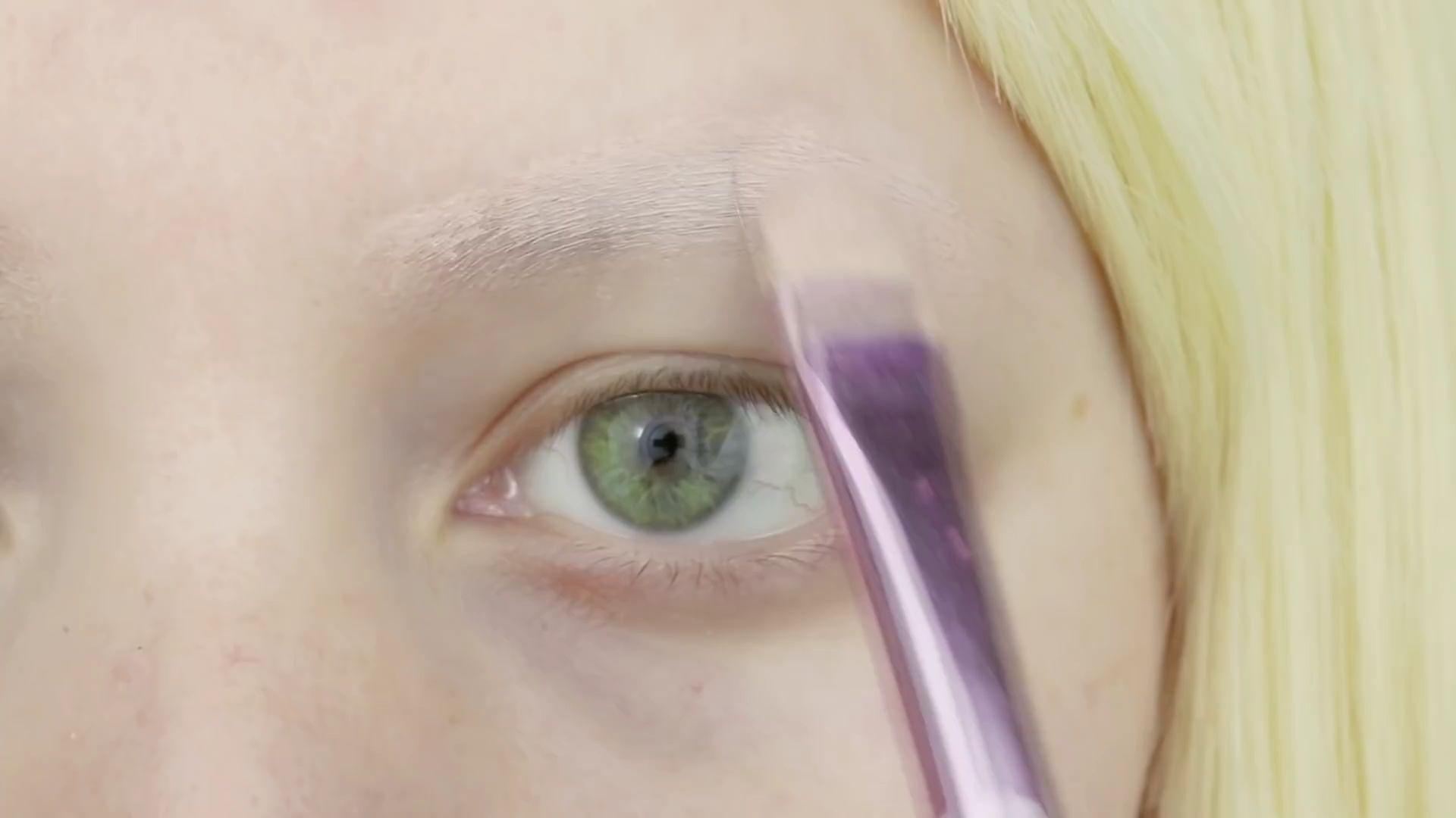 Misa Amane Cosplay DIY en 9 pasos: Capa de corrector de cobertura completa sobre tus cejas