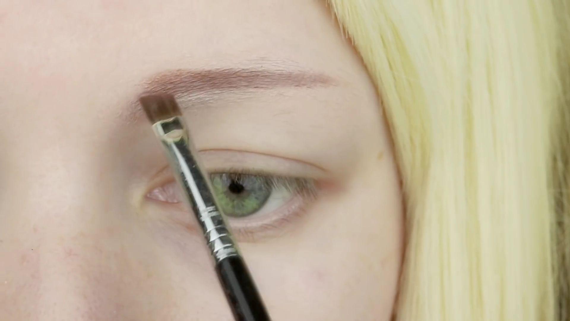 Misa Amane Cosplay DIY en 9 pasos: Dibujamos la línea superior e inferior de una ceja recta en marrón oscuro