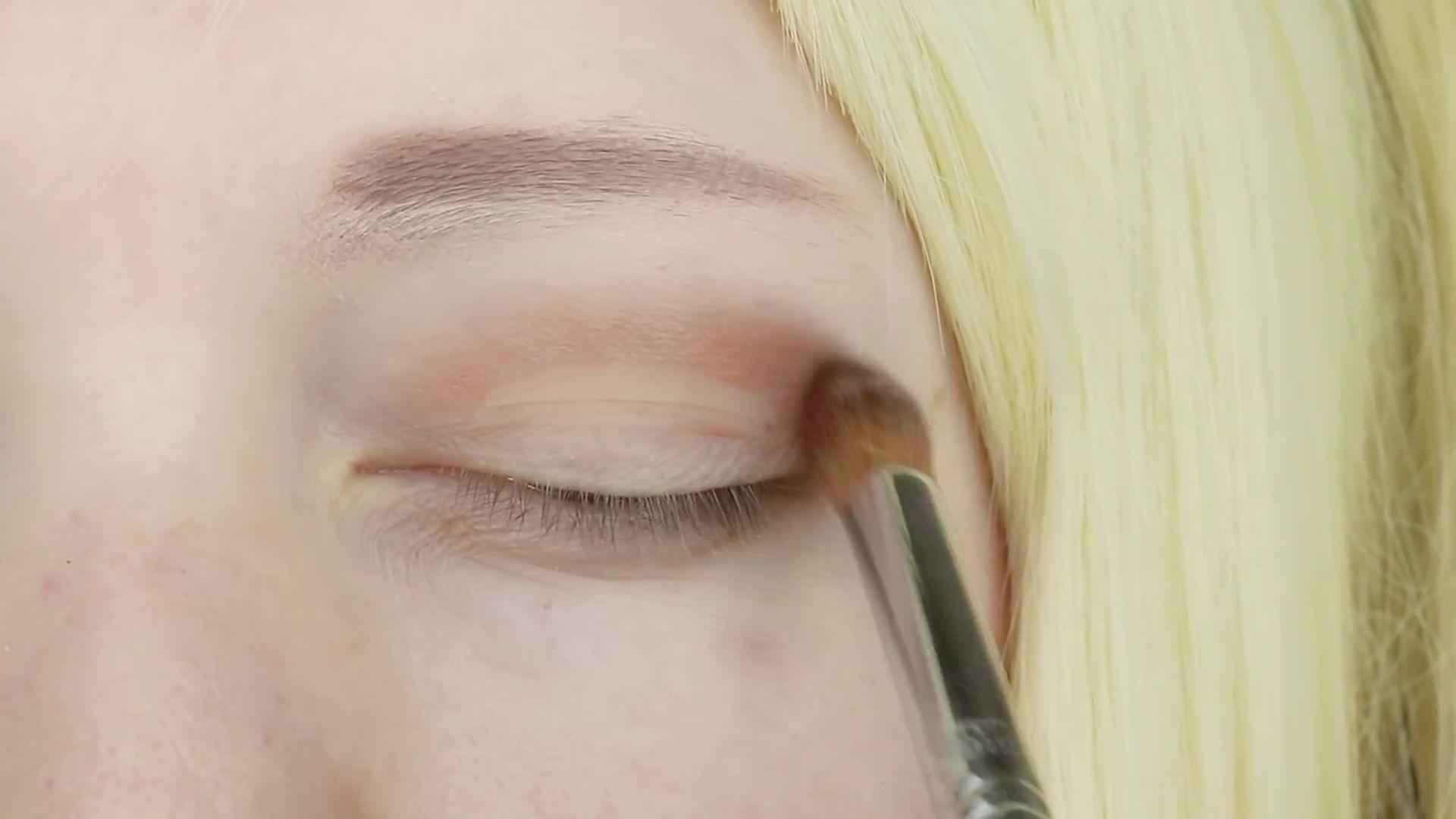 Misa Amane Cosplay DIY en 9 pasos: Sombra shimmer de color marrón sobre la cuenca del ojo