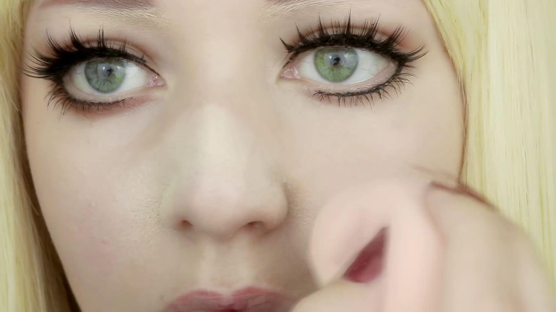 Misa Amane Cosplay DIY en 9 pasos:  Haciendo uso de la Beauty Blender aplica base por todo el rostro
