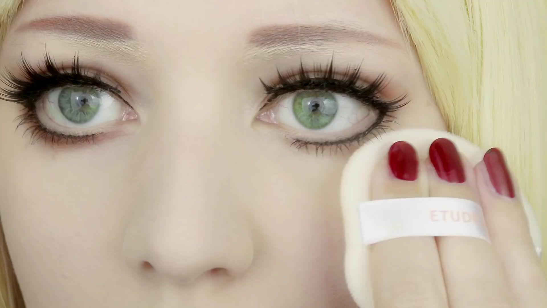 Misa Amane Cosplay DIY en 9 pasos: Haciendo uso de la borla aplica polvos compactos por el rostro