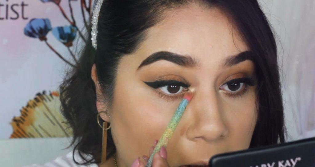 ¡Maquillaje básico con sombras Mary Kay! Tutorial aplica el rubor en la parte inferior del ojo para sellar maquilaje