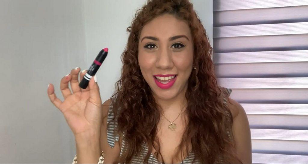 Descubre los nuevos labiales de acabado en polvo At Play de Mary Kay Popping Pink