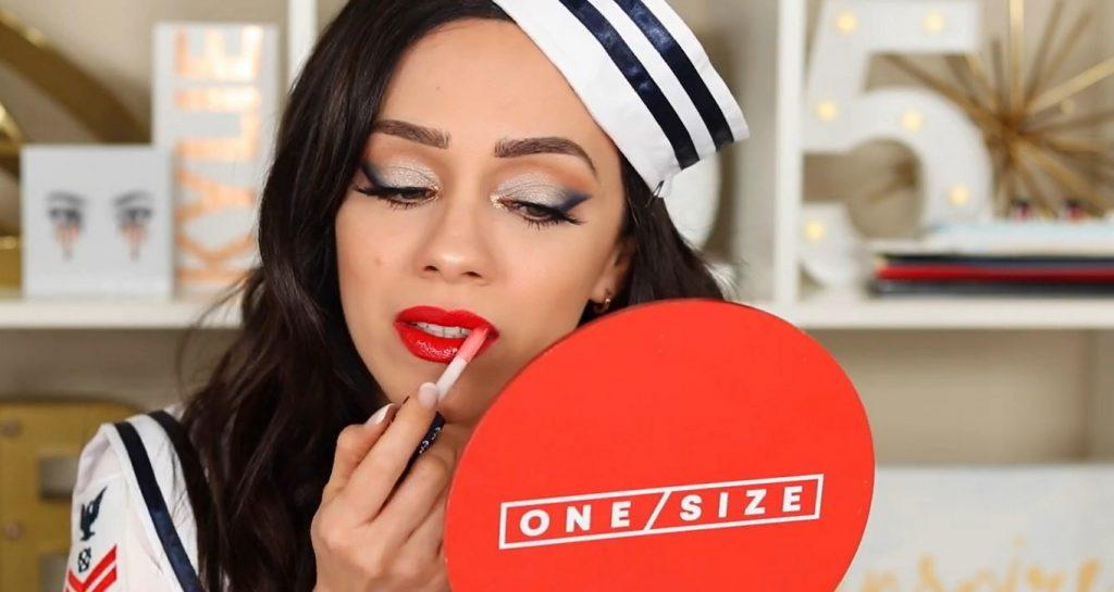 Conoce Sailor Collection, lo nuevo de Kylie Cosmetics, de la mano de Rosy McMichael aplica el High Gloss sobre el labial mate