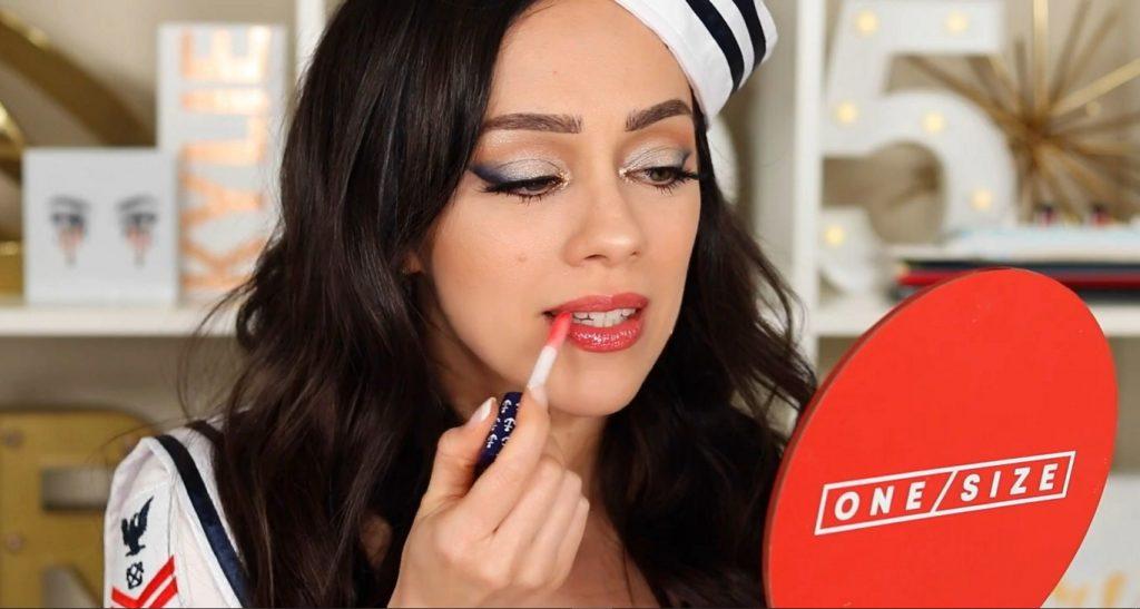 Conoce Sailor Collection, lo nuevo de Kylie Cosmetics, de la mano de Rosy McMichael aplica el High Gloss