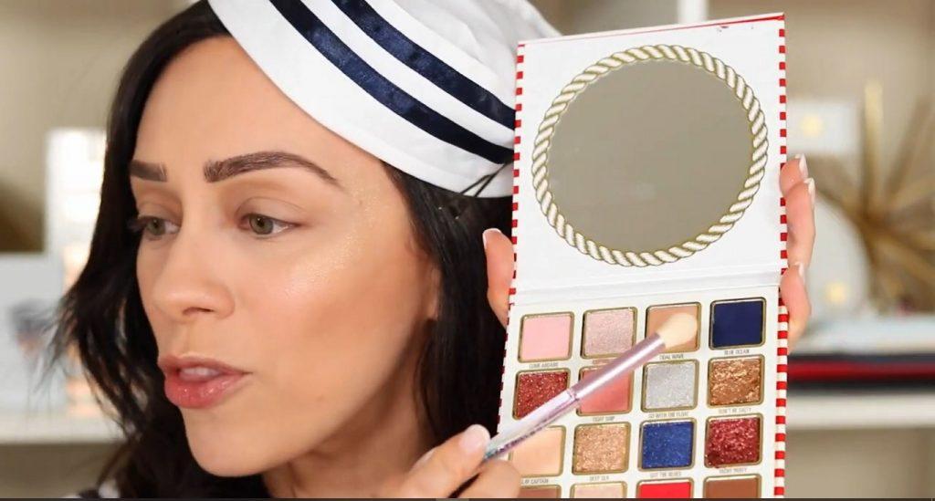 Conoce Sailor Collection, lo nuevo de Kylie Cosmetics, de la mano de Rosy McMichael aplica la sombra en tono Tidal Wave