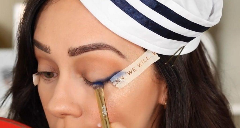 Conoce Sailor Collection, lo nuevo de Kylie Cosmetics, de la mano de Rosy McMichael aplica y difumina la sombra Blue Ocean