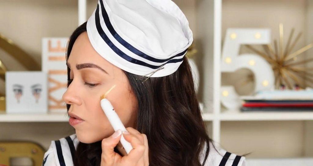 Conoce Sailor Collection, lo nuevo de Kylie Cosmetics, de la mano de Rosy McMichael aplicar el iluminador Sandy Cheeks