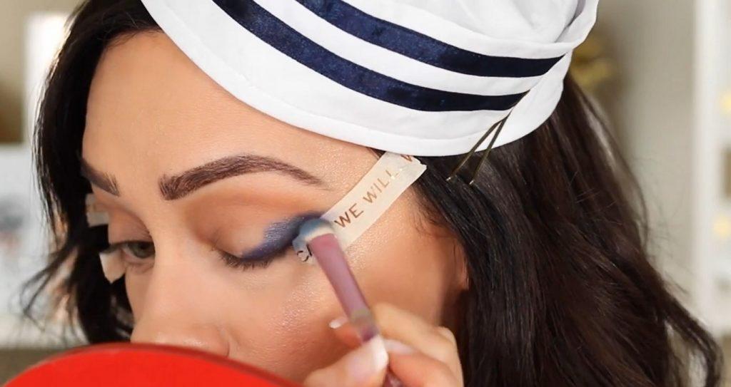 Conoce Sailor Collection, lo nuevo de Kylie Cosmetics, de la mano de Rosy McMichael aplica y difumina la sombra Got The Blues