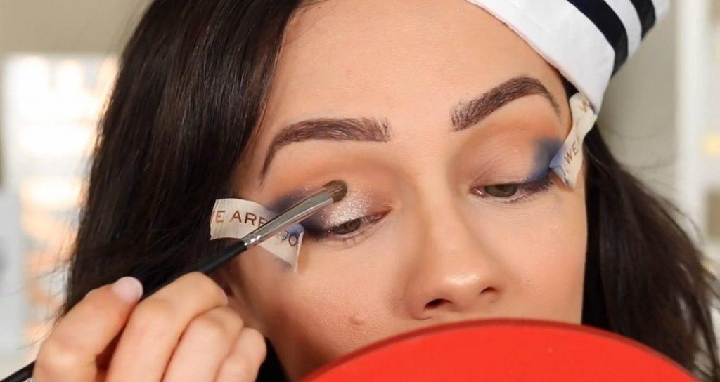 Conoce Sailor Collection, lo nuevo de Kylie Cosmetics, de la mano de Rosy McMichael aplica y difumina la sombra Unsinkable
