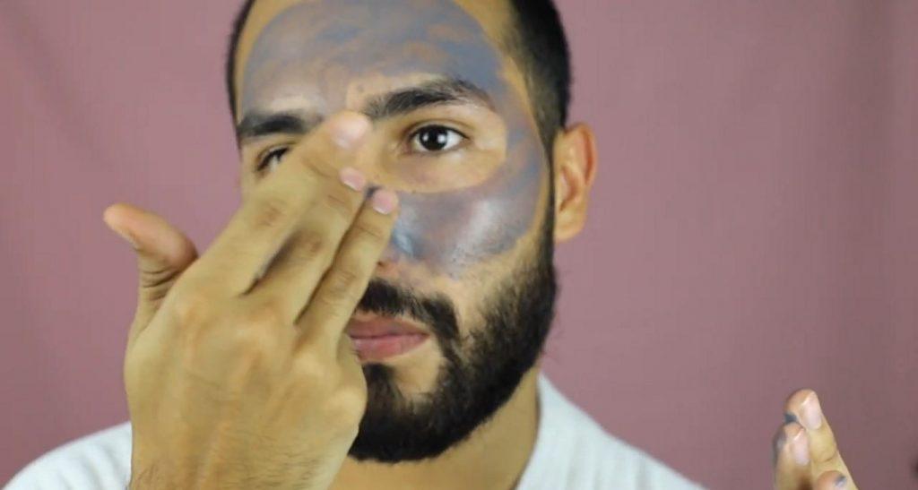 ¡Conoce MKMen! La línea de Mary Kay para el cuidado de la piel del hombre aplicar la mascarilla de carbón Clear Proof