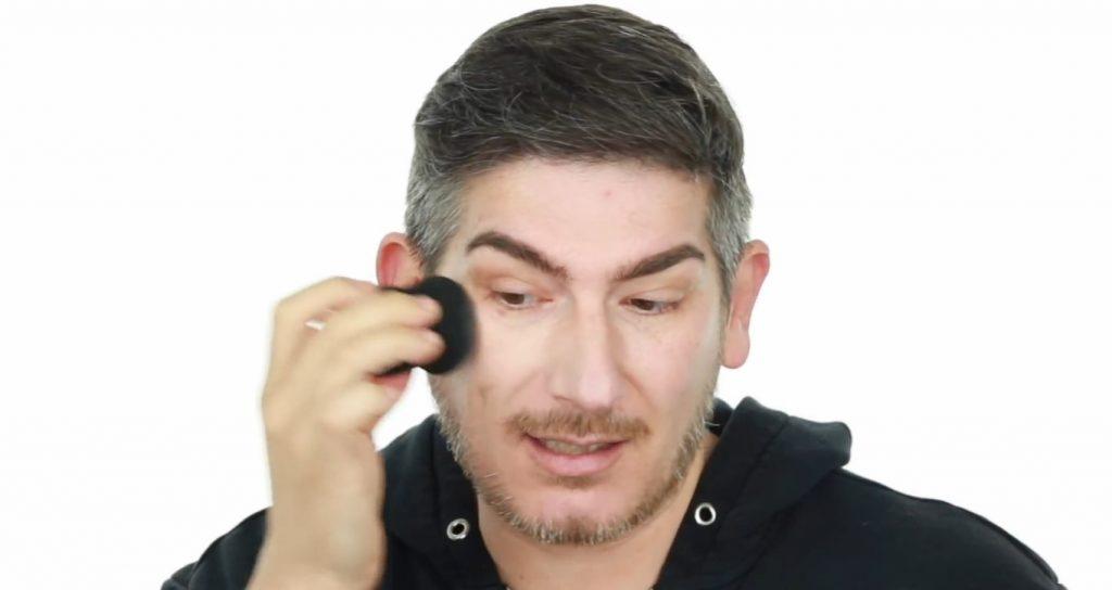 Conoce los productos Mary Kay de la mano de Martin Catalogne Makeup aplicar y difuminar la base