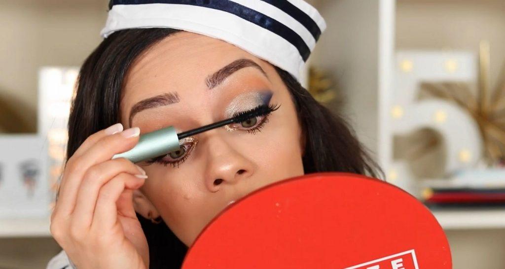 Conoce Sailor Collection, lo nuevo de Kylie Cosmetics, de la mano de Rosy McMichael aplica máscara para pestañas