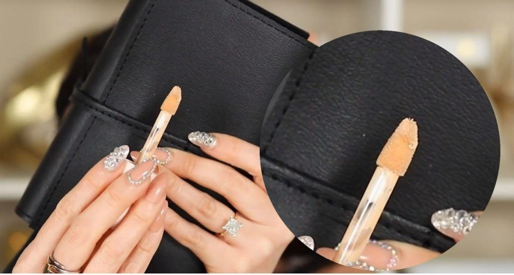 ¡Conoce Rare Beauty! La nueva línea de productos de Selena Gómez de la mano de Rosy McMichael aplicador del corrector