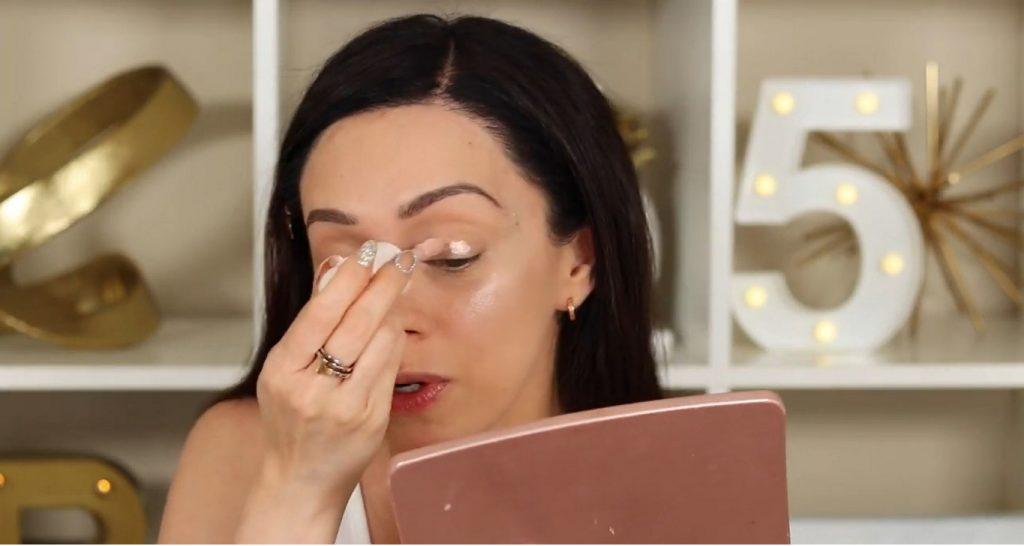 ¡Conoce Rare Beauty! La nueva línea de productos de Selena Gómez de la mano de Rosy McMichael aplicar el iluminador tono Enchant en los párpados