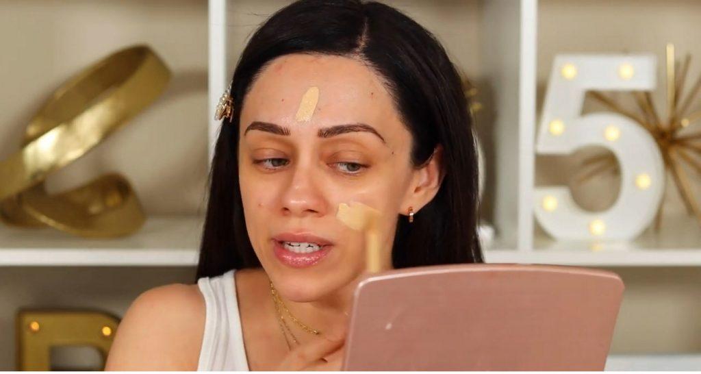 ¡Conoce Rare Beauty! La nueva línea de productos de Selena Gómez de la mano de Rosy McMichael aplicar base