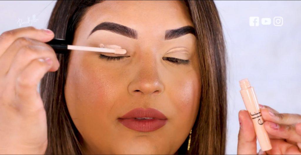 Aprende a aplicar las sombras para un maquillaje de noche, de la mano de Roccibella aplicar el primer