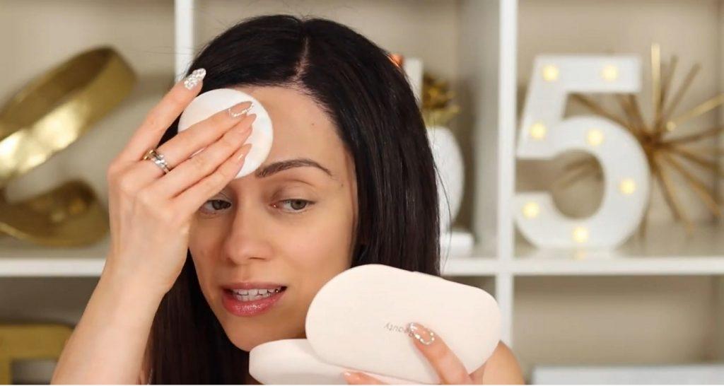 ¡Conoce Rare Beauty! La nueva línea de productos de Selena Gómez de la mano de Rosy McMichael aplicar el polvo