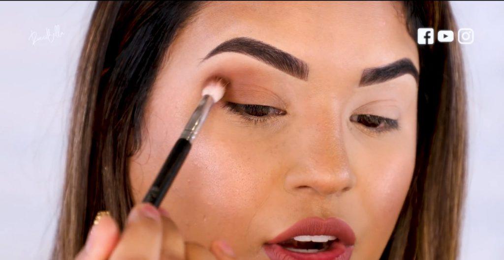Aprende a aplicar las sombras para un maquillaje de noche, de la mano de Roccibella aplicar tercer tono de transición