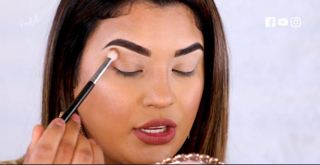 Aprende a aplicar las sombras para un maquillaje de noche, de la mano de Roccibella aplicar sombra, primer tono de transición