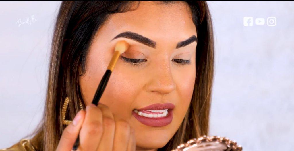 Aprende a aplicar las sombras para un maquillaje de noche, de la mano de Roccibella aplicar segundo tono de transición