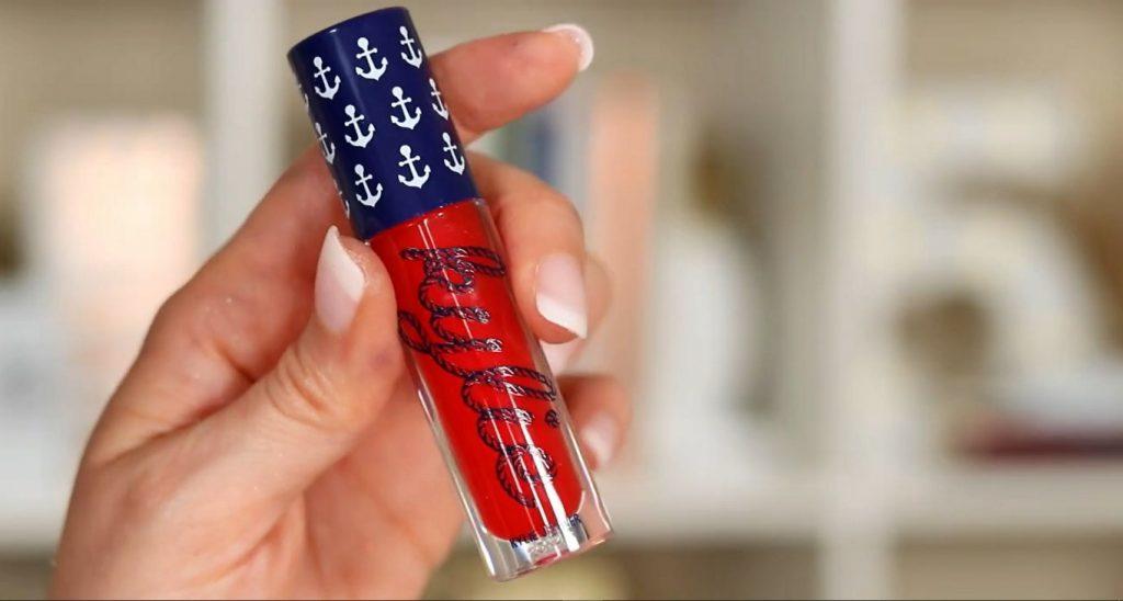 Conoce Sailor Collection, lo nuevo de Kylie Cosmetics, de la mano de Rosy McMichael brillo labial en tono rojo