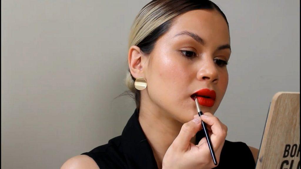 Técnica de maquillaje labios ombré o degradado aplica el tono oscuro en las comisuras