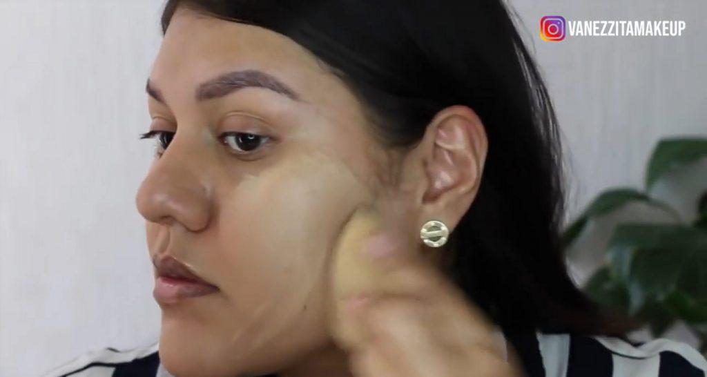 Con la base TimeWise de Mary Kay tu maquillaje durará impecable por más tiempo aplicación de la base y difuminado con beauty blender