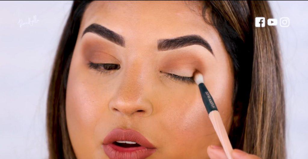 Aprende a aplicar las sombras para un maquillaje de noche, de la mano de Roccibella segundo tono de transición, ojo normal