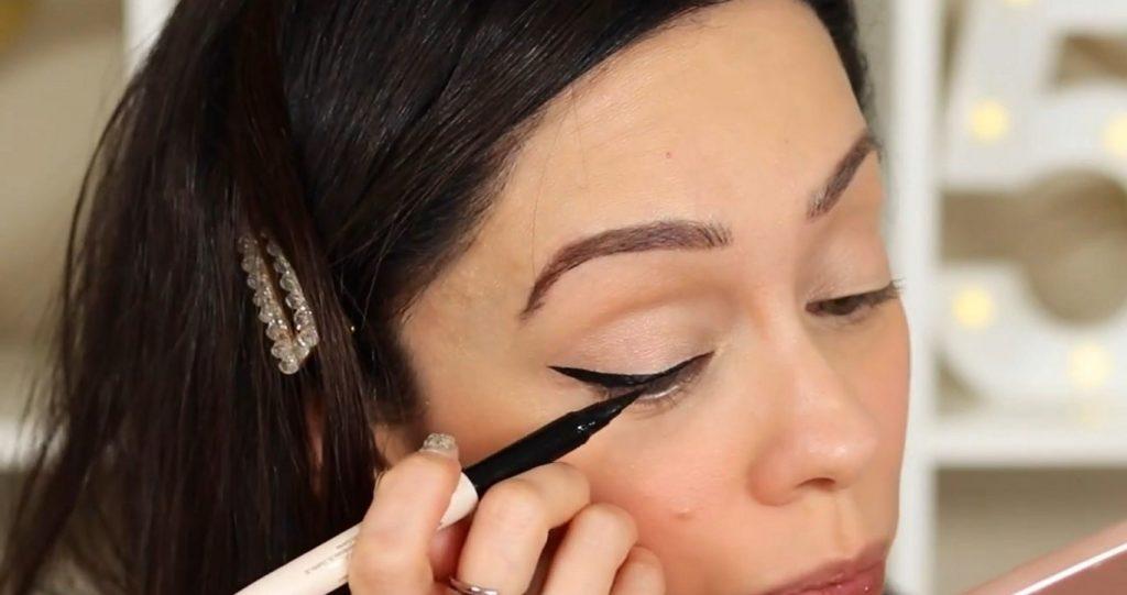 ¡Conoce Rare Beauty! La nueva línea de productos de Selena Gómez de la mano de Rosy McMichael aplicar el delineador
