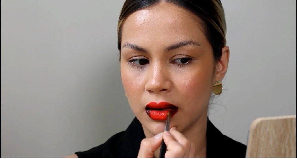 Técnica de maquillaje labios ombré o degradado difuminar con el tono rojo