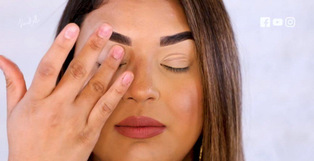 Aprende a aplicar las sombras para un maquillaje de noche, de la mano de Roccibella difuminar el primer