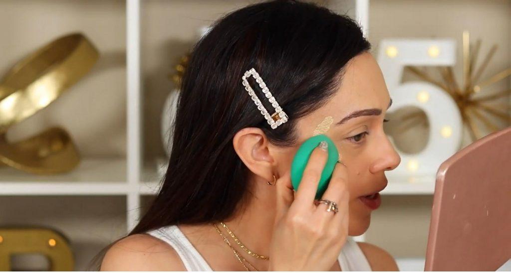 ¡Conoce Rare Beauty! La nueva línea de productos de Selena Gómez de la mano de Rosy McMichael aplicar y difuminar el iluminador tono Outshine