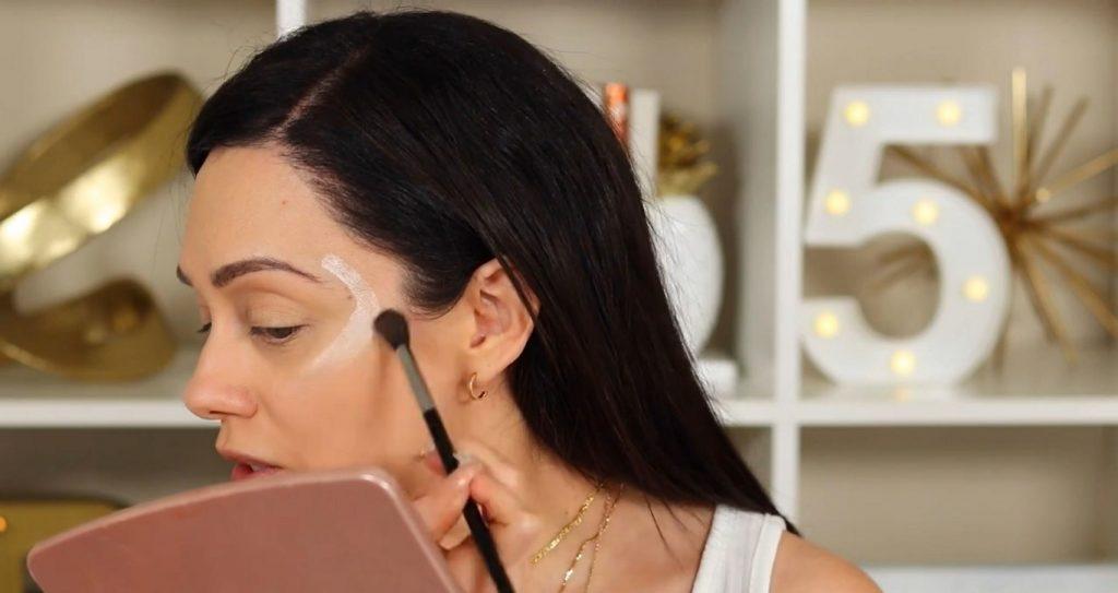 ¡Conoce Rare Beauty! La nueva línea de productos de Selena Gómez de la mano de Rosy McMichael aplicar y difuminar el iluminador tono Enlighten
