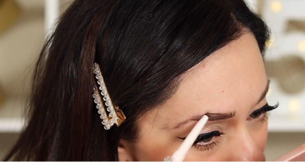 ¡Conoce Rare Beauty! La nueva línea de productos de Selena Gómez de la mano de Rosy McMichael aplicar lápiz de cejas