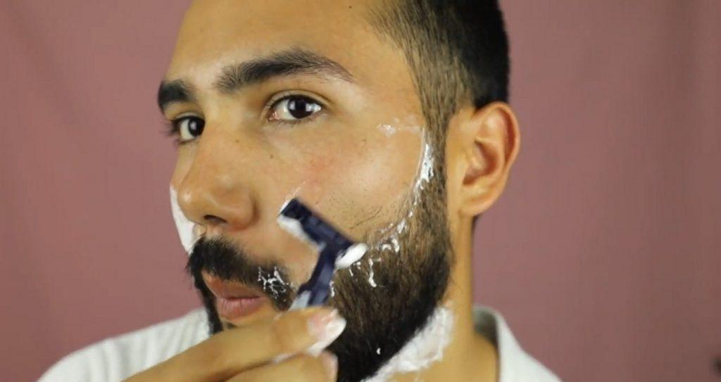 ¡Conoce MKMen! La línea de Mary Kay para el cuidado de la piel del hombre aplicar la espuma y afeitar la barba
