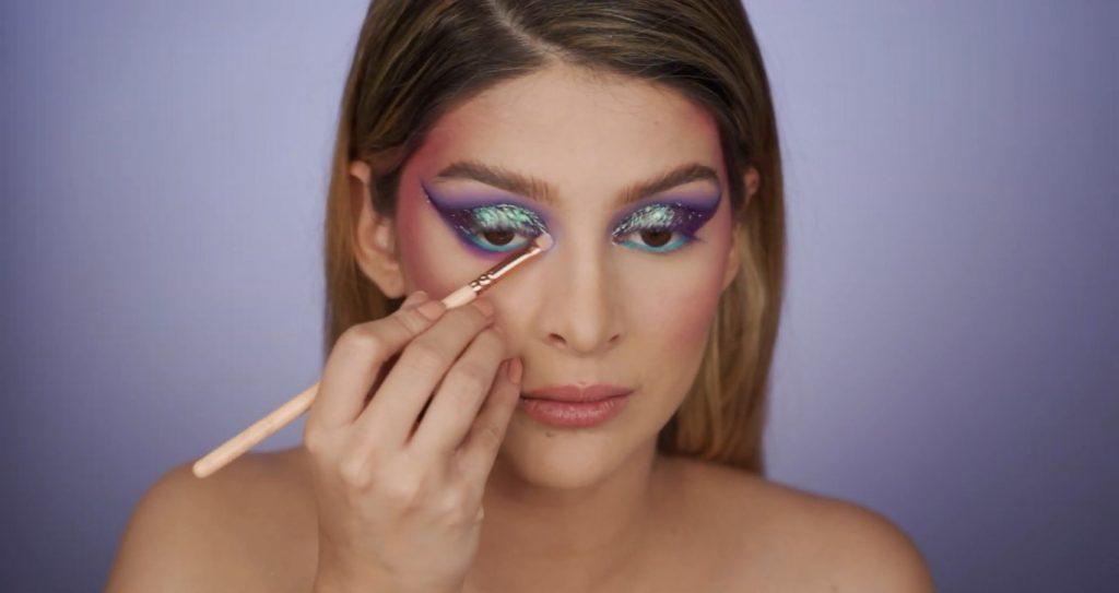Aprende a hacer un maquillaje de fantasía de la mano de Mariana Zambrano ¡Tutorial! Aplicar pigmento lila