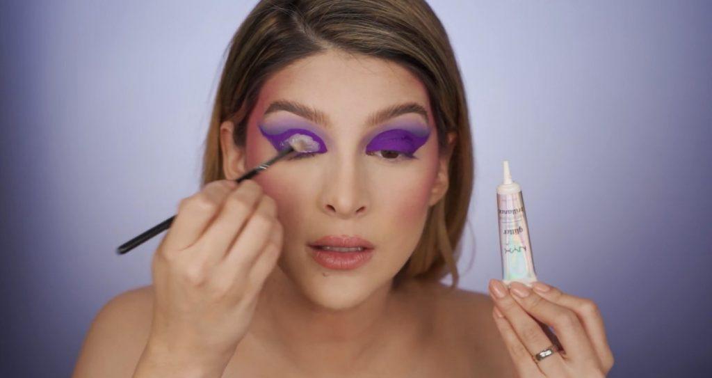 Aprende a hacer un maquillaje de fantasía de la mano de Mariana Zambrano ¡Tutorial! Aplicar pegamento de NYX